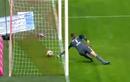 Video: Những bàn thua oan uổng vì thủ môn
