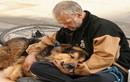 Xúc động hình ảnh chó và chủ nhân thắm thiết như keo sơn