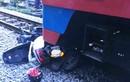 Bị tàu hỏa đâm trực diện, người phụ nữ đi xe máy bất tỉnh