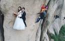 Cặp đôi liều mạng trèo cao hơn 100m để chụp ảnh cưới