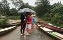 Cô dâu mặc áo dài với...quần đùi trong đám cưới ngày mưa