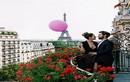 Gái xinh tung tẩy ôm bóng bay màu hồng phượt khắp Paris