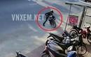 Trộm bẻ khóa xe máy, luống cuống bị xe đổ đè lên người