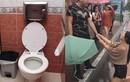 Phát hiện bí mật tày trời của vợ trong nhà vệ sinh