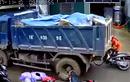 Video: Xe tải lùi ẩu, suýt 'nuốt chửng' người phụ nữ đi xe máy