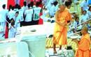 Rót vàng đúc tượng Phật tại một tu viện