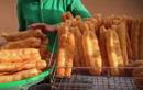 Video: Kinh hoàng quẩy nóng giòn tan rán rong mỡ bẩn đen sì