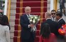 Video: Gặp cậu bé bất ngờ được Tổng thống Trump tặng hoa