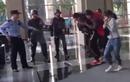 """Video: Đặc nhiệm tung đòn """"sấm sét"""", hạ gục tội phạm cầm dao kề cổ con tin"""