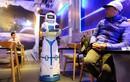Video: Tiếp viên robot tự mang cà phê tới tận bàn mời khách ở Hà Nội