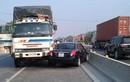 """Video: Xe tải chạy ngược chiều bị anh Tây """"dạy cho một bài học"""""""