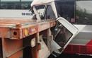 Kinh hoàng: Xe khách húc container, tái xế mắc kẹt kêu cứu thảm thiết