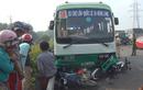 """Kinh hoàng vụ tai nạn xe bus """"nuốt"""" hàng loạt xe máy"""