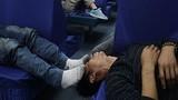 Muôn kiểu ngủ chờ mua vé về quê ở Trung Quốc