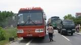 Xe khách chở học sinh bốc cháy giữa đường