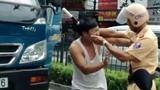 Cảnh sát tát lái xe tải bị chuyển công tác