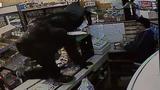 Hỗn chiến kinh hoàng bằng dao giữa chủ cửa hàng và tên cướp