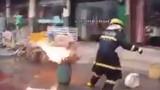 Rùng mình xem lính cứu hỏa cầm bình gas đang cháy