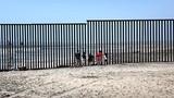 """Sừng sững """"bức tường thép"""" ngăn cách Mỹ-Mexico"""