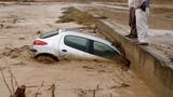 Cảnh tượng lũ lụt kinh hoàng ở Iran, gần 50 người chết