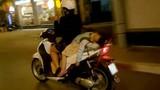 Đùa với tử thần: Mẹ chở con nằm ngủ sau xe máy