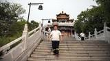 Giảm cân kiểu Trung Quốc: Đội đá 40kg đi dạo