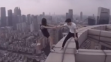 Kinh hãi cặp đôi hành động mạo hiểm trên nóc nhà cao tầng
