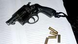Kiểm tra súng, một CSGT vô tình bị trúng đạn