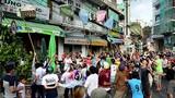 Ảnh: Hàng trăm người lao vào vồ tiền rơi ngoài đường ở Sài Gòn