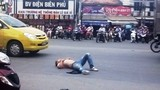 """Bị CSGT dừng xe, tài xế """"ngáo đá"""" nhảy múa giữa đường"""