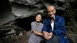 Sửng sốt nhà trong hang đá suốt 54 năm của cặp vợ chồng già