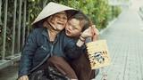 Rớt nước mắt bé gái đón Trung thu cùng mẹ bên lề đường Sài Gòn