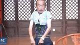 Dị nhân trình diễn thu nhỏ cơ thể để mặc áo trẻ 3 tuổi