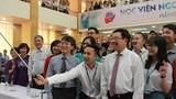 Ảnh: Phó Thủ tướng selfie cùng sinh viên Ngoại giao