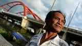 """Ảnh: Người """"rái cá"""" cướp cơm hà bá ở sông Sài Gòn"""