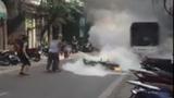 Gặp cụ bà dập lửa cứu xe bốc cháy ở HN gây bão