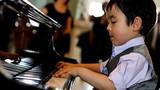 """""""Thần đồng piano"""" 5 tuổi gốc Việt được dạy dỗ thế nào?"""