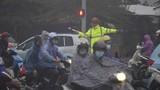 Ảnh: Đường Hà Nội rối loạn trong mưa, trời tối sầm