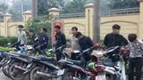 Xử phạt hơn 14 triệu với thanh niên chạy xe máy bằng... chân