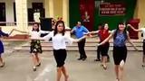 Đã mắt màn nhảy điêu luyện của thầy cô giáo giữa sân trường