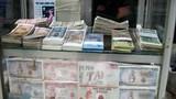 Đổi tiền lẻ giá cao nhộn nhịp giữa phố xá Hà Nội