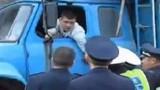 Tài xế cụt tay khóc lóc, xin cảnh sát tiếp tục lái xe