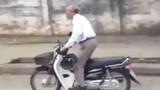Bất ngờ ông cụ tóc bạc phơ đánh võng xe máy