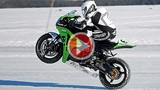 Honda CBR 1000RR phá kỷ lục chạy 1 bánh trên băng