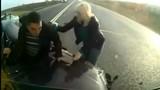 Bị ô tô tải đâm nát, tài xế xe con thoát chết thần kỳ