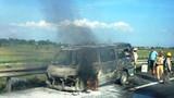 Xe khách chở 12 người cháy rụi trên cao tốc Pháp Vân