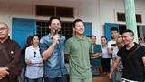 Tuấn Hưng và Phan Anh trao quà cho ngư dân Quảng Bình