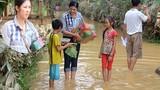 Ngọc Hân bì bõm lội nước đến với bà con Hà Tĩnh