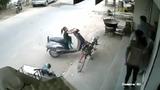 Nghịch xe tay ga, bé gái suýt gặp nạn