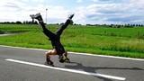 Trồng chuối trượt patin bằng tay không tin nổi